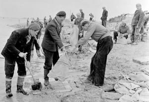 de schop de grond in tijdens de watersnoodramp van 1953