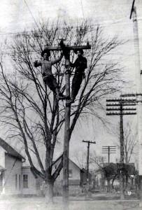 Mannen werken aan het aanleggen van elektriciteit in Ames (iowa), Amerika 1908