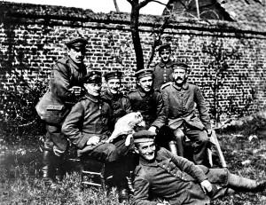 Adolf Hitler, uiterst rechts zittend met snor (1917)