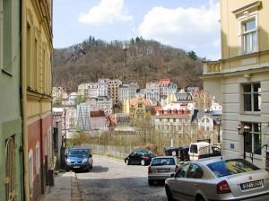 Karlovy Vary vanuit de straat van Rob's appartementen.