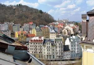 Karlovy Vary vanuit het raam van een slaapkamer op de bovenste verdieping.