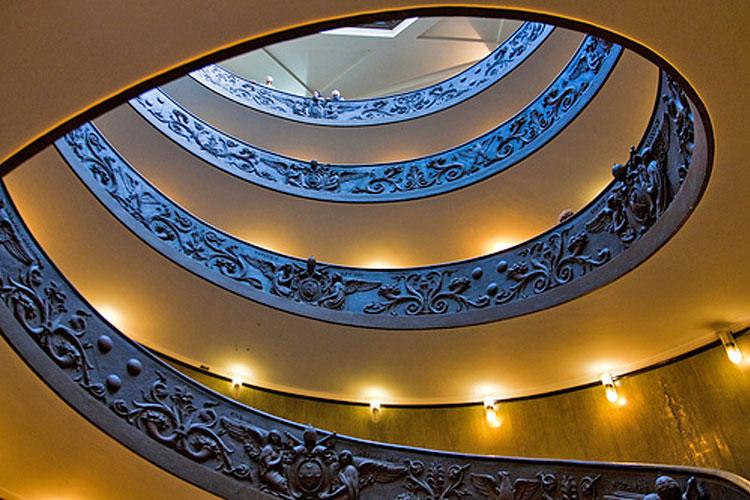 De Mooiste Trappenhuizen : Moderne zwevende trap tegen muur de mooiste trappen trap